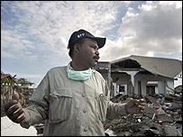 Hasan Basri surveying the ruins of his village (photo : WFP/Rein Skullerud)