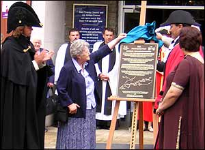 Roma Richards unveils plaque
