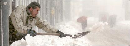 Hombre paleando nieve en Reinosa, Cantabria, en el norte de España