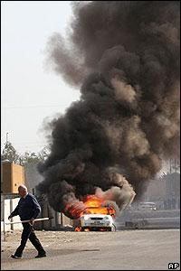 Un auto en llamas tras la explosión de un carro bomba en Bagdad