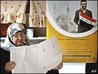 Una mujer turca revisa su papeleta antes de votar en Estambul