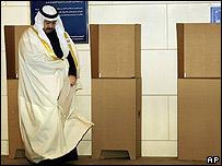 Presidente interino de Irak, Ghazi al-Yawer deposita su voto en Bagdad