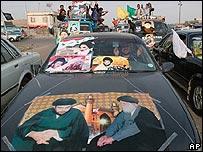 Residentes de la ciudad de Sadr hacen campaña proselitista.