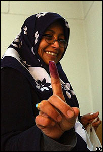 Una mujer iraquí sonríe tras depositar su voto