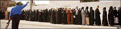 Mujeres votan en Basora, Irak