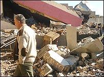 Un hombre recorre los escombros de un centro de votación