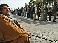 Iraquíes esperan para votar