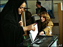 Una mujer de la tribu Barzani deposita su voto