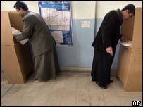 Two Iraqis vote in Mosul in Northern Iraq