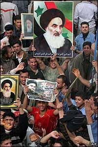 Simpatizantes del Gran Ayatolá Alí Sistani celebran luego de las votaciones.