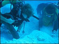 Pilar Luna bajo el agua.