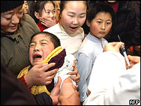 Chinese parents send their children to be inoculated against meningitis at a hospital in Wuhu, 29 January 2005