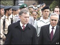 El presidente de Israel, Moshe Katsav (a la derecha) recibe a su homólogo alemán,  Horst Koehler