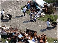 Trabajadores limpiando Nueva Orleans.