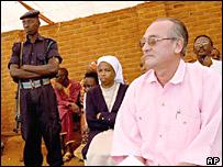 Guy Theunis en una corte Gacaca en Ruanda