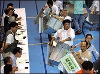 Trabajadores electorales durante el conteo de los votos