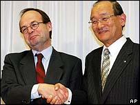Peugeot's CEO Jean-Martin Folz (left) and Mitsubishi's CEO Takashi Nishioka.