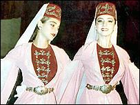Девушки в ингушских национальных костюмах (фото с сайта Республики Ингушетия)