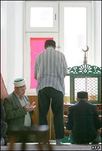 Верующие в мечети в Казани