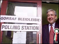 Dafydd Wigley at the polling station in 1999