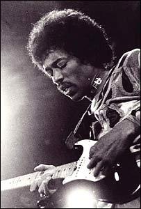 Una fotografía en blanco y Negro de Jimi Hendrix tocando una guitarra