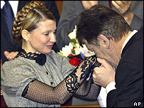Viktor Yushchenko kisses the hands of Yulia Tymoshenko