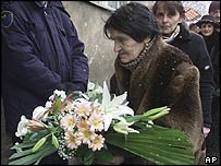 Georgians bring flower tributes to the house of Zurab Zhvania's mother in Tbilisi