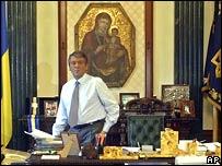 Виктор Ющенко в своем кабинете перед интервью АП