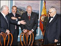 Turbay (der.) con otros expresidentes de Colombia: Belisario Betancur (izq.), Andrés Pastrana (centro) y Alfonso López.