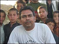 Корреспондент Би-би-си Сутик Бисвас в окружении юных жителей деревни Асад-Кыль