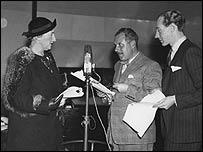 Agatha Christie, a la izquierda, en un ensayo en 1937.