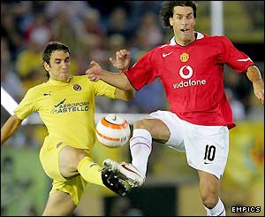 Gonzalo Rodriguez and Ruud van Nistelrooy contest possession