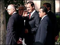 El presidente Vicente Fox, rodeado de ayudantes y agentes de seguridad al salir de un acto en Ciudad M�xico