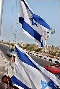 Trabajadores del balneario de Sharm el-Sheikh colocan una bandera israelí, en preparación para la cumbre.