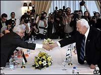 Abbas and Sharon shake hands at summit