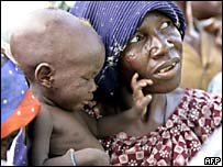 Mother and child wait for food distribution in Niger