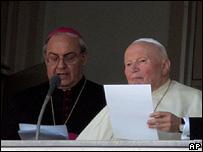 Juan Pablo II habla a los feligreses desde la ventana de hospital Gemelli.