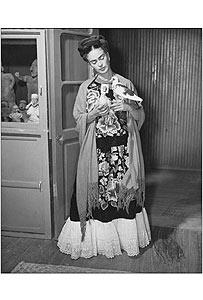 Frida Kahlo con dos p�jaros, Juan Guzm�n, c.1930, plata sobre gelatina, color de �poca. Reproducci�n autorizada por los herederos de la artista.