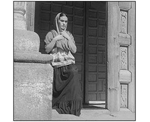 Frida Kahlo saliendo de la iglesia, Coyoac�n, M�xico. Fritz Henle, 1937. Reproducci�n autorizada por los herederos de la artista.