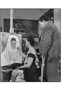 Frida pinta su autorretrato, mientras Diego mira. Bernard Silberstein, 1940, plata sobre gelatina  en color sepia. Reproducci�n autorizada por los herederos de la artista.