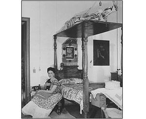Frida Kahlo en su dormitorio con un cabrito. Bernard Silberstein, 1940. Reproducci�n autorizada por los herederos de la artista.
