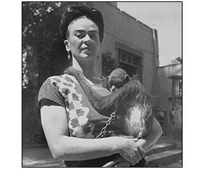 Frida frente al estudio con un mono. Fritz Henle, 1943. Reproducci�n autorizada por los herederos de la artista.