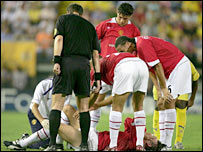 Worried Man Utd players gather round Gabriel Heinze