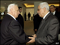Ariel Sharon (L) shakes hands with Mahmoud Abbas in Egypt