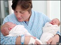 Maricica Tescu y sus dos bebés