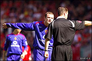 Manchester United's Wayne Rooney argues with referee Rob Styles