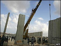 Palestinian troops closing a gap in the border