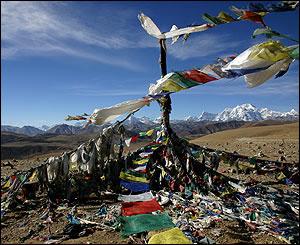 Banderas de plegaria con el Himalaya de fondo.