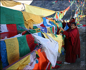 Monjes colocan banderas de plegaria cerca del monasterio de Ganden.