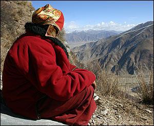 Lama del monasterio de Ganden mira hacia las monta�as.